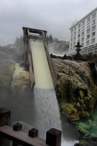 草津温泉 観光 湯が流れる