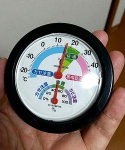 ワッツの「快適表示付き温湿度計」 手に取る