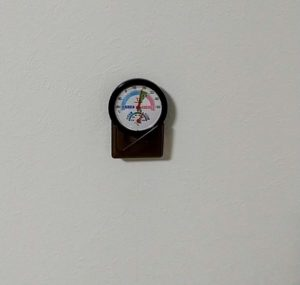 ワッツの「快適表示付き温湿度計」 壁