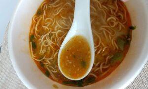 セブンイレブンの「鳴龍 担々麺」 赤いスープ